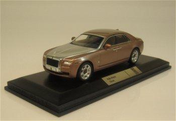 Modellauto:Rolls-Royce Ghost von 2009, rosé-silber-metallic(IXO, 1:43)