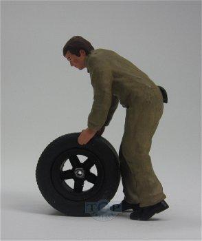 Figur:Mechaniker mit Reifen im braunen Overall(figurenmanufaktur, 1:18)