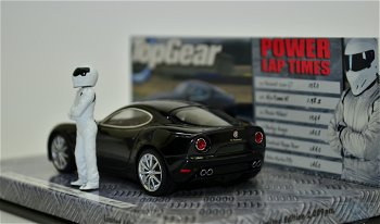 Modellauto:Alfa Romeo 8 C Competizionemit Stig-Figur von - Top Gear -, schwarz(Minichamps, 1:43)