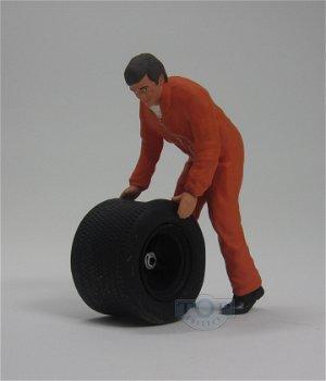Figur:Mechaniker mit Reifen im orangenen Overall(figurenmanufaktur, 1:18)