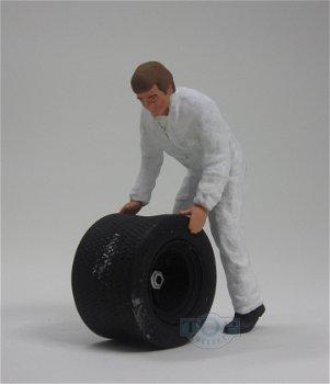 Figur:Mechaniker mit Reifen im weißen Overall(figurenmanufaktur, 1:18)